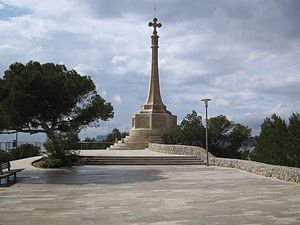Calvià - Commemorative cross in Santa Ponsa, where James's troops landed. The monument forms part of the decoration of the Paseo Calviá.