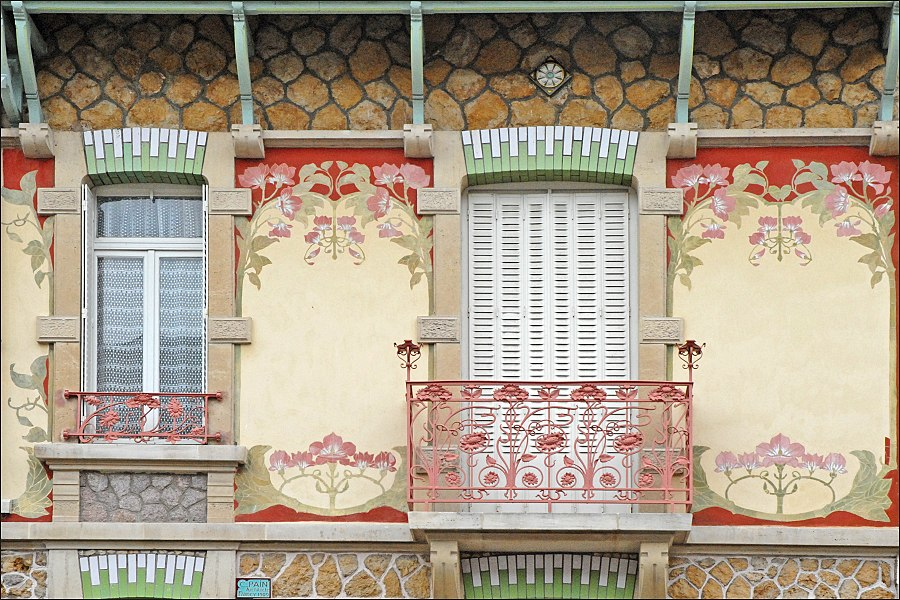 Maison de style art nouveau dans le rue Félix Faure (1909)  Cette petite maison populaire a été construite en 1909 par l'architecte César Pain (1872-1946) dans le lotissement de la rue Félix Faure à proximité de l'établissement thermal de Nancy. Durant plusieurs années, ces maisons ont été louées à des curistes.  Au début du 20ème siècle, les vertus curatives des eaux chaudes de Nancy Thermal ont été utilisées et ont joui d'une renommée certaine: elles ont été mises en bouteille et bénéficié d'une autorisation d'exploiter en 1911 suite à la reconnaissance par l'Académie de Médecine de leur valeur thérapeutique. Dès 1913, de nombreux curistes régionaux goûtent aux bienfaits de l'eau thermo-minérale de Nancy.  Les projets de développement de l'établissement thermal de l'époque ne se sont pas concrétisés du fait de la disparition prématurée du promoteur de ce site, Louis Lanternier, qui est mort au cours de la première guerre mondiale. L'activité thermale a même fini par disparaître.