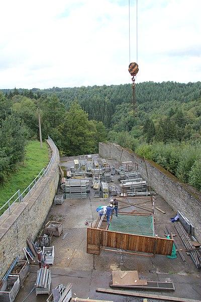 Die Talsperre Robertville (Belgien) bei Bauarbeiten nahezu ohne Wasser