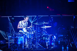 Dominic Howard in 2013 tijdens The 2nd Law Tour.