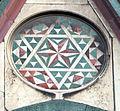 Duomo di firenze, medaglioni intarsiati in marmi nei timpani delle finestre sui fianchi 11,2.jpg
