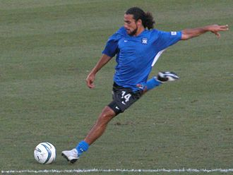 De Rosario warming up for a friendly while with San Jose Earthquakes in 2004 DwayneDeRosario.jpg