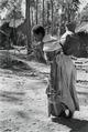 ETH-BIB-Abessinierin beim Wasser tragen-Abessinienflug 1934-LBS MH02-22-1149.tif