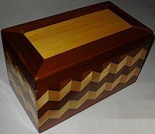 Scatola decorata in legno
