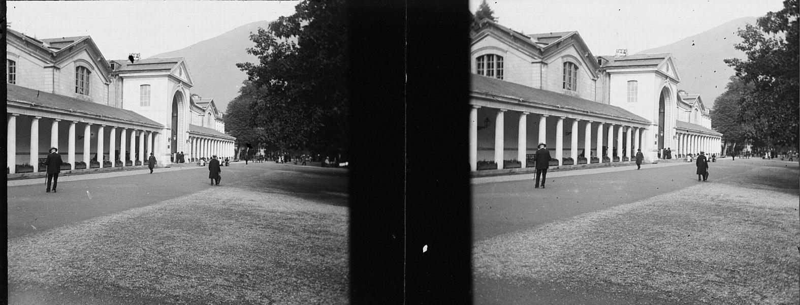 Fonds Trutat - Photographie ancienne  Cote: TRU C 99 Localisation: Fonds ancien Original non communicable  Titre: Etablissement thermal, Luchon, 1901  Auteur: Trutat, Eugène Rôle de l'auteur: Photographe  Lieu de création: Bagnères-de-Luchon (Haute-Garonne) Date de création:: 1901  Mesures: 5 x 11 cm  Mot(s)-clé(s):  -- Thermes -- Bâtiment -- Façade -- Galerie -- Colonne -- Portail -- Arche -- Parc (public) -- Allée -- Homme  -- Bagnères-de-Luchon (Haute-Garonne) -- Thermes (Bagnères-de-Luchon) -- Parc des Quinconces (Bagnères-de-Luchon)  -- 20e siècle, 1e quart  Médium: Photographies -- Négatifs sur plaque de verre -- Noir et blanc -- Stéréogrammes -- Vues d'architecture -- Paysages urbains  Bibliographie:   Frappé (Jean-Bernard). - Autrefois Bagnères de Luchon. Tome I. - Anglet: Atlantica, 2001. - 345 p.; 15 x 22 cm. - (Autrefois) cf. p. 304-313   Bibliothèque de Toulouse. Domaine public
