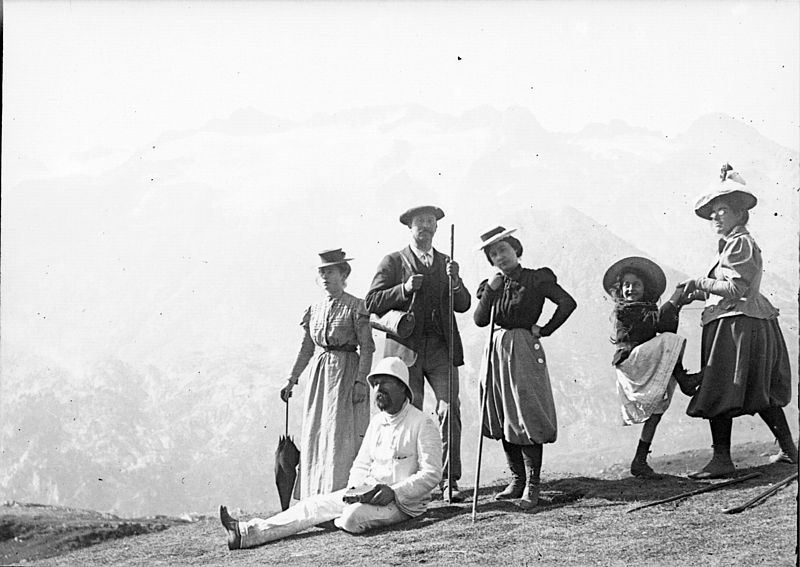 File:Famille Crouzats, au Port de Venasque, Luchon, 6 septembre 1898 (2555543861).jpg