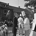 Feest in Huissen. Noël de Sloovere en de burgemeester van Huissen, F.C.T.M. Terw, Bestanddeelnr 912-6557.jpg
