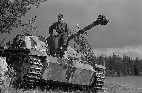 Finsk soldat på tyskbyggd antitank-kanon