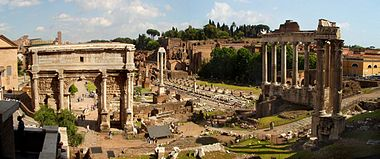Arka planda Palatine Tepesi olan Roma Forumu. Ön sol tarafta bulunan kemer Septimius Severus Kemeri'dir, sağ tarafta ise üç sütunlu Vespasian ve Titus Tapınağı Satürn Tapınağı'nın önünde durmaktadır.