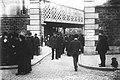 Foule et policiers à l'entrée du cimetière Montmartre.jpg