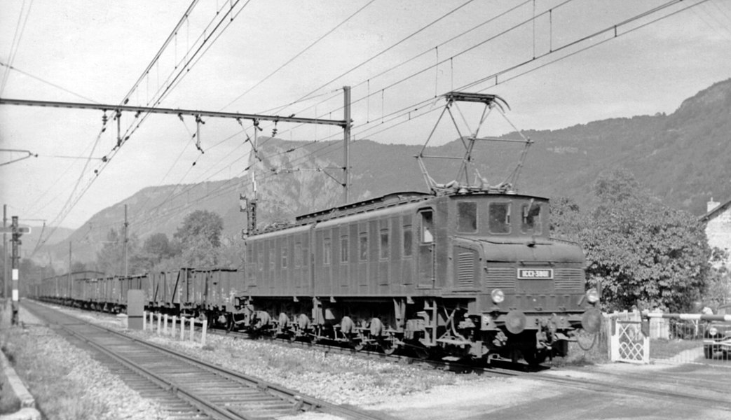 Eastbound freight, hauled by a 1-Co-Co-1 electric, at Rossillion (Ain) on the Bourg - Culoz - Chambèry - Modane line, 1959