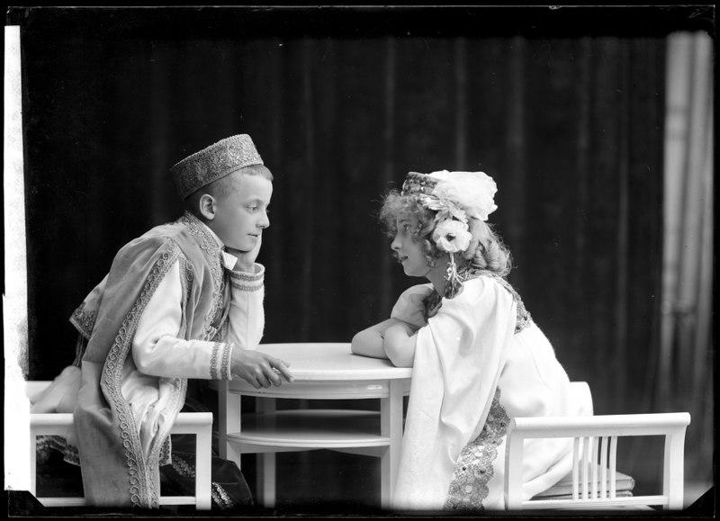 File:Fritz Hellman and Greta Strandin in Den glada änkan som varietédiva at Djurgårdsteatern 1907 - SMV - GH118.tif