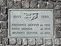 Fritz Herzog AG Skulptur Marburg Inschrift.jpg