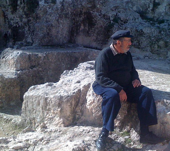 File:Gabriel Barkay at Ketef Hinnom.jpg