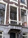 foto van Pand met gevel onder rechte lijst en voorzien van vensteromlijstingen