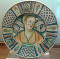 Giacomo Mancini, bottega di, piatto con mezzo busto di donna e decorazione a scomparti nella tesa.jpg