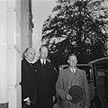 Gouverneur-Generaal A.W.L. Tjarda Van Starkenborgh Stachouwer (rechts) met minis, Bestanddeelnr 900-7352.jpg