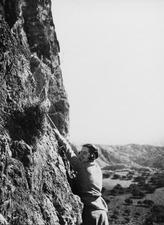 Grottan vid Fylleri. Joan du Plat Taylor klättrar upp till grottan. Kythrea - SMVK - C06763.tif
