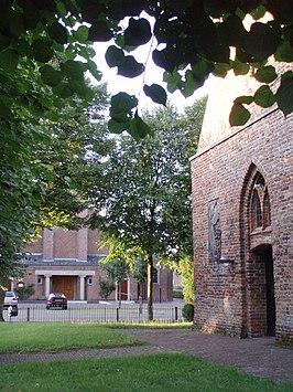 De twee Heumense kerken aan het dorpsplein