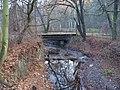 Hlubočepy, most přes Dalejský potok u hranice Jinonic (01).jpg
