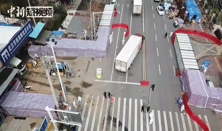 発生源とされる武漢華南海鮮卸売市場の空撮。左手に見えるのが正面玄関。消毒チームが付近の消毒を行っている(2020年3月4日撮影)。