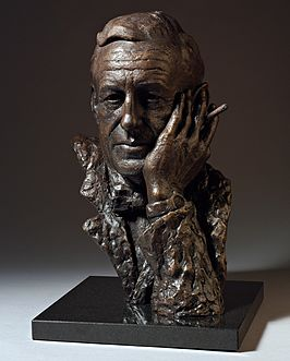 Bronzen buste van Ian Fleming door beeldhouwer Anthony Smith, 2008