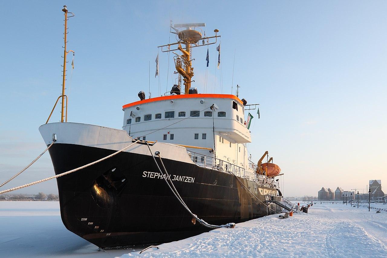Le brise-glace allemand Stephan Jantzen dans le port enneigé de Rostock, en Mecklembourg-Poméranie-Occidentale.  (définition réelle 4400×2934)