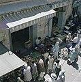Jeruzalem Smalle straat met aan weerzijden winkeltjes Handelaren in groente en, Bestanddeelnr 255-9224.jpg