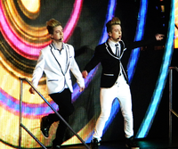 Jedward uppträder vid O2 Arena under The X Factors arenaturné 2010.