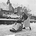 Jong Volendam op de schaats, sleetje rijden op de smalle grachtjes, Bestanddeelnr 917-2853.jpg
