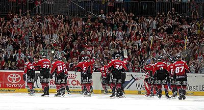 The Sharks celebrate a victory over the Augsburger Panther (season 2005-06).