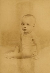 KITLV 181538 - Kassian Céphas - Studio portrait of a baby at Yogyakarta - Around 1880.tif