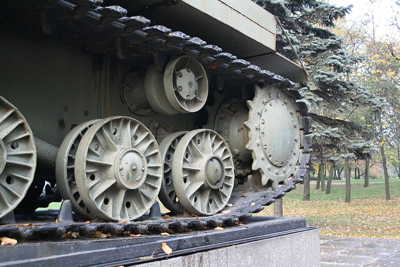 https://upload.wikimedia.org/wikipedia/commons/thumb/e/ee/KV-85_driving_sprocket.JPG/800px-KV-85_driving_sprocket.JPG