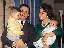 Un joven rey Hussein y la princesa Muna, sosteniendo a sus dos hijos pequeños