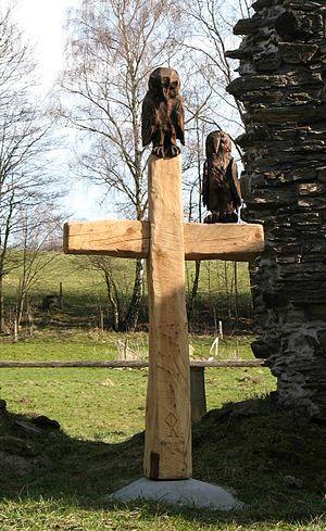 Holzkreuz im Innenraum der Ruine der St.-Oswal...