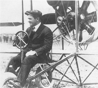 Lincoln Beachey - Lincoln Beachey, in his business suit he wore for flying