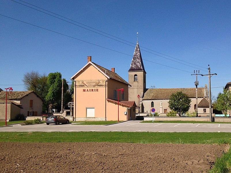 Vue sur la mairie et l'église du village d'Asnières-sur-Saône