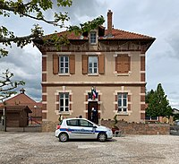 Mairie de Tramoyes (Ain, France) et véhicule de police municipale (mai 2019).jpg