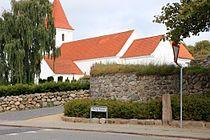 Mallings historiske centrum, kirke og milepæl.JPG
