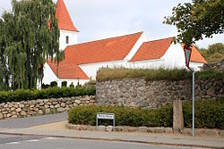 Malling Church with a wall-section of the medieval fortifications.