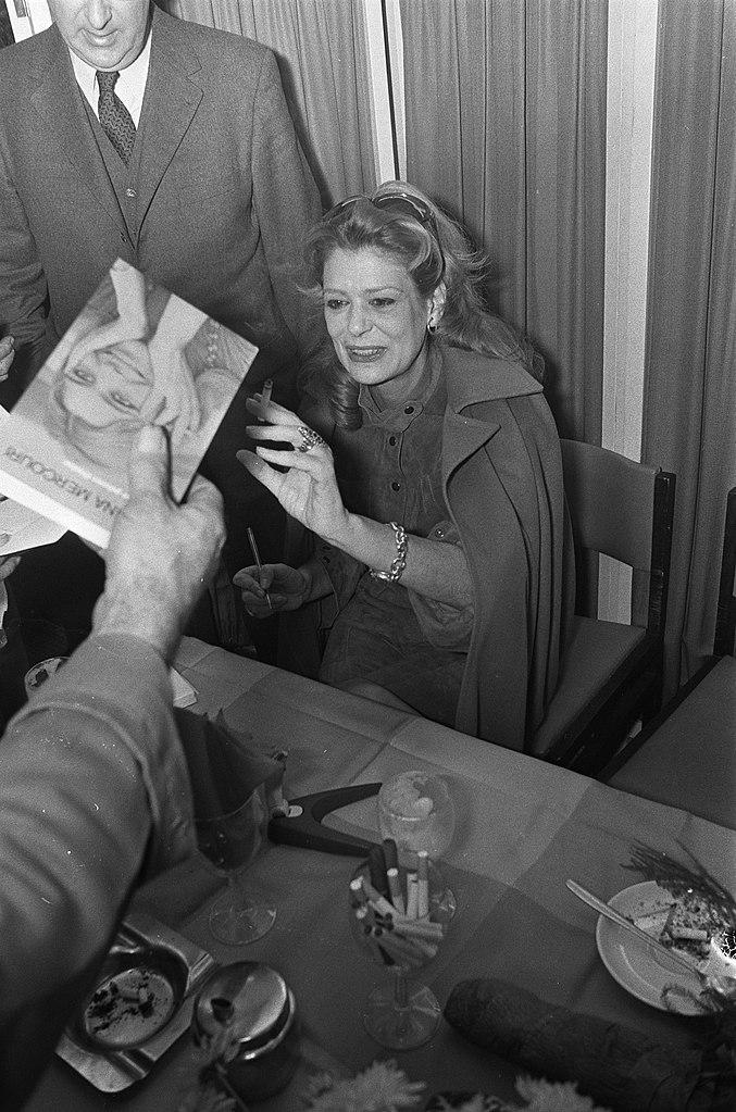 Filemelina Mercouri Signeert Boek I Was Born Greek In Bijenkorf