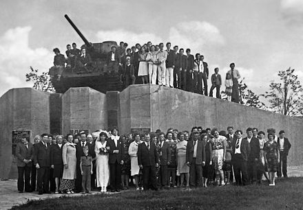 Soviet tank in Võru. In Soviet times, near the memorial depicting wedding photos. Memoriaalansambel Võru tank T-34.jpg