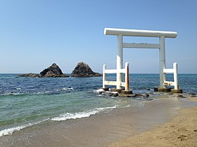 Meotoiwa Rocks and white torii of Futamigaura Beach 13.JPG