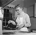Mevrouw Svendsen in de keuken achter het fornuis met pannen, Bestanddeelnr 252-8764.jpg