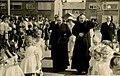 Monseigneur Bekkers, bisschop van 's-Hertogenbosch, samen met pastoor Bardoel op weg naar de inwijdi F23666.jpeg