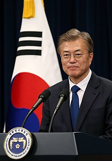 https://upload.wikimedia.org/wikipedia/commons/thumb/e/ee/Moon_Jae-in_May_2017_%28original%29.jpg/220px-Moon_Jae-in_May_2017_%28original%29.jpg