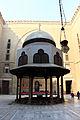 Moschea del sultano hasan, 1362, interno, cortile, fontana (sabil) 01.JPG