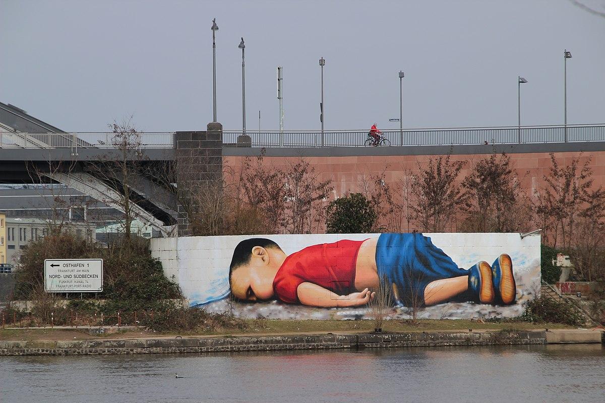 https://upload.wikimedia.org/wikipedia/commons/thumb/e/ee/Mural_Ffm_Osthafen_01_%28fcm%29.jpg/1200px-Mural_Ffm_Osthafen_01_%28fcm%29.jpg