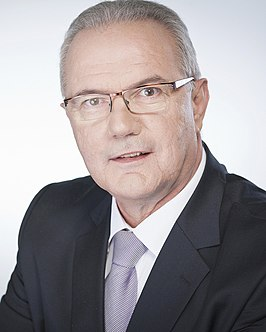 De huidige commissaris Neven Mimica