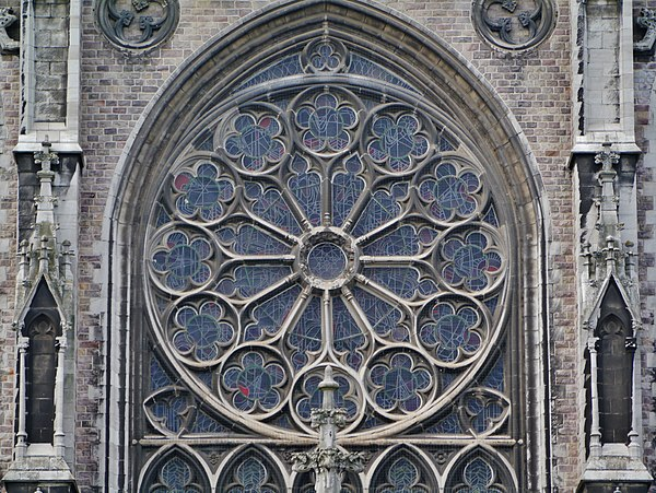 Outside-view of a stained glass of the Sint-Petrus-en-Pauluskerk from Ostend (Belgium), built between 1899 and 1908 Oostende Sint-Petrus-en-Pauluskerk Rosette.jpg